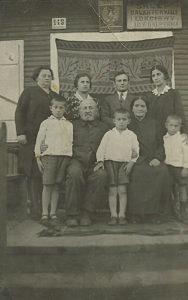 Zdjęcie rodziny Halperinów zrobione w czasie wizyty Szejny. Od lewej: Cyla, Szejna, Abram z żoną Diną i ich dzieci. Siedzą: Joszua i Ida. Zdjęcie ze zbiorów rodziny.