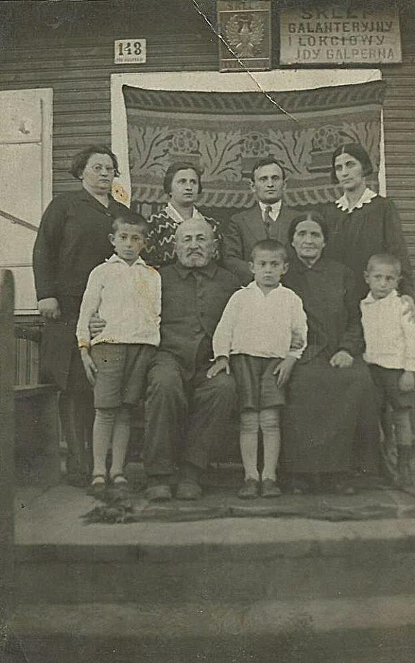 Zdjęcie rodziny Galpernów (Halperinów) w Białowieży pod sklepem prowadzonym przez Idę Galpern (siedzi). Zdjęcie ze zbiorów rodziny
