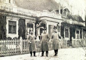 Escherich (pośrodku) – szef wojskowego zarządu leśnego Białowieży, przed kasynem oficerskim w Białowieży fot. ze zbiorów Piotra Bajko