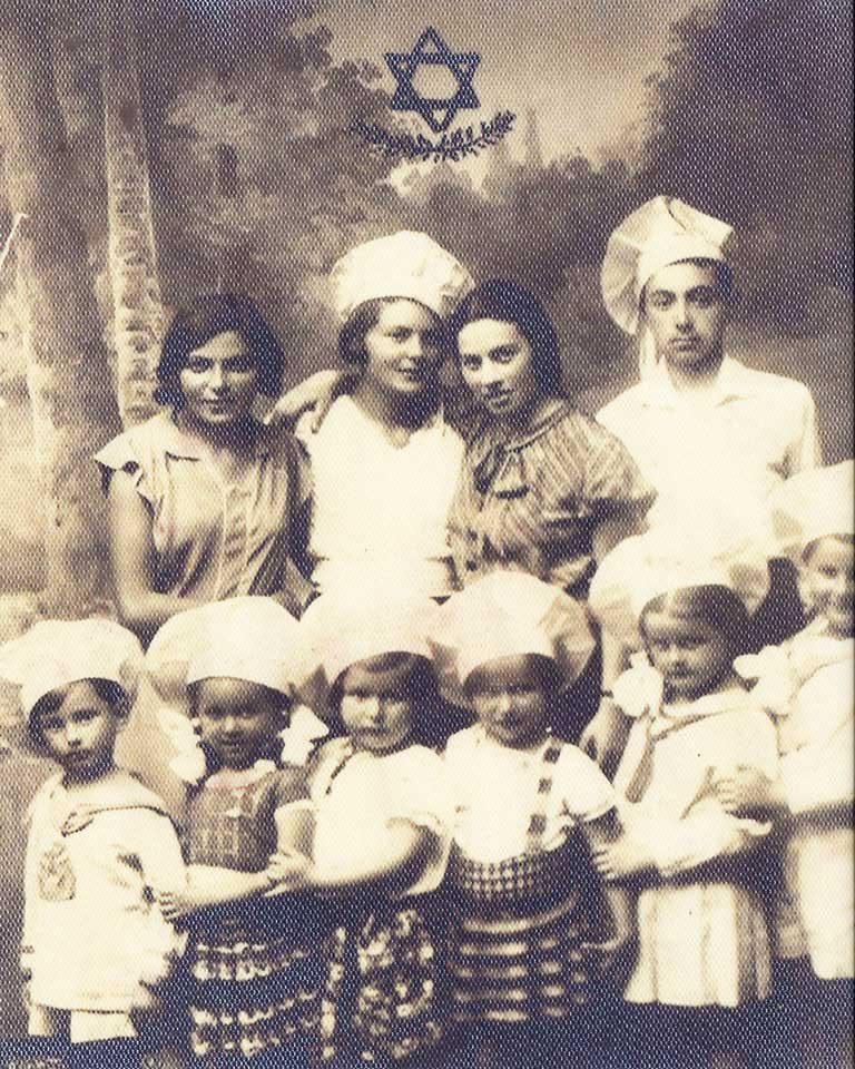 Druga dziewczynka z lewej Rachela Barchat, córka Matyldy Lerenkind z Białowieży, w przedszkolu Tarbut, Bielsk Podlaski 1937 r.