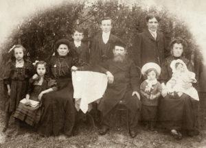 Rodzina Feldbaumów w Białowieży w 1911. Tylny rząd Sam Feldbaum, Herschel Feldbaum, Chaim Krugman, przedni rząd Klara Feldbaum Reznick, Rachela Feldbaum Zafman, Lea Judyta Smargon Feldbaum, Aaron Feldbaum. Zdjęcie ze zbiorów rodziny