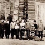 Aaron Feldbaum, czwarty od prawej , z wnukiem Filipem Krugmanem stojącym przed nim. Zdjęcie pod synagogą w Szereszewie, 1914. Zdjęcie ze zbiorów rodziny