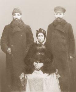 Aaron Feldbaum (z prawej) z matką Zeldą i bratem  Nachmanem, 1875, prawdopodbnie przed przeprowadzką Aarona z Szereszewa do Białowieży. Zdj. ze zbiorów rodziny.
