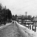 Białowieża, Widok ulicy prowadzącej od dworca do parku pałacowego, 1938. Zdjęcie ze zbiorów NAC