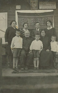 Rodzina Halperinów (Galpernów) w Białowieży pod sklepem prowadzonym przez Idę Galpern. W górnym rzędzie od lewej Cyla, Szejna, Abram i żona Abrama Dina, na dole dzieci Abrama i rodzice Jehoszua i Ida. Zdjęcie ze zbiorów rodziny