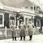 Escherich (pośrodku) – szef wojskowego zarządu leśnego Białowieży, przed kasynem oficerskim w Białowieży. Zdjęcie ze zbiorów Piotra Bajko