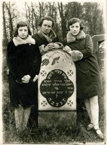 Grób Chaima Krugmana z Białowieży, zmarłego w 1920 r. na cmentarzu w Narewce. Od lewej córka Bejla, żona Rina, córka Liba. Zdjęcie zrobione przed wyjazdem rodziny na emigrację w 1929 r. Zdjęcie ze zbiorów rodziny
