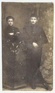 Lazar Halperin jako gimnazjalista (w okularach). Zdjęcie ze zbiorów rodziny