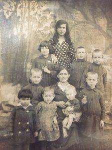 Loszewicka Dwora, matka Majera Loszewickiego z Białowieży z dziećmi. Zdjęcie rodzinne ze zbiorów Samanty Celejman
