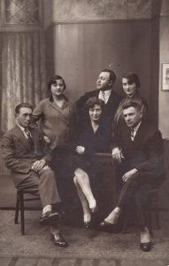 Matylda Lerenkind (druga z lewej) z mężem Chaimem Barchatem (pierwszy z prawej) w Bielsku. Zdjęcie ze zbiorów Amira Bergera
