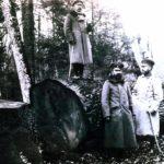 Niemieccy oficerowie przy ściętym dębie w czasie I wojny światowej w Białowieży. Zdjęcie ze zbiorów Piotra Bajko
