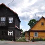 Po lewej dawny dom, sklep mięsny i cukiernia  Jankiela Góry. Zdjęcie Katarzyna Winiarska