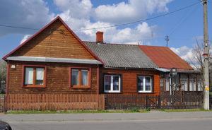 Po lewej dawny zakład fryzjerski Abrama Kreszyna, w części domu wynajętym od p. Buszków. Z prawej część wynajmowana przez rzeźnika Nachmana Klejnermana. Zdjęcie Katarzyna Winiarska