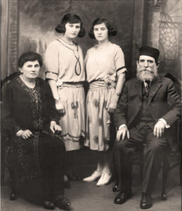 Rodzina Feldabumów. Od lewej Judyta Smorgon Feldbaum, Klara Feldbaum, Rachela Feldbaum, Aaron Joszua Feldbaum, 1921. Zdjęcie ze zbiorów rodzinnych.
