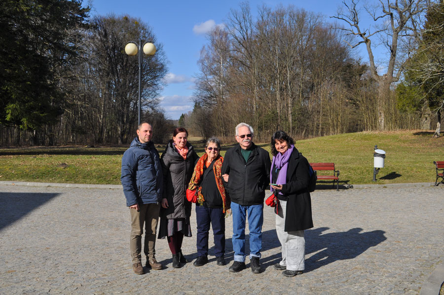 Rodzina Halperinów od pr. Vered Peer, Ejtan Peer, Yael Peer oraz Katarzyna Winiarska, Paweł Winiarski w Parku Pałacowym w Białowieży