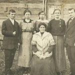 Rodzina Halperinów w Białowieży. Od lewej prawdopodobnie Abram, Cyla, Szejna, Chaja, NN, na dole matka Ida. Zdjęcie ze zbiorów rodziny
