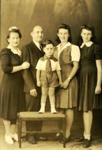 Rodzina Klary Feldbaum Reznik z Białowieży, Klara, Herman i dzieci Aaron, Dassa i Judy w USA, 1943. Zdjęcie ze zbiorów rodziny