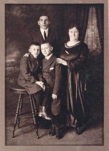Rodzina Pauliny Feldbaum Steinberg z Białowieży, mąż Sam Steinberg, Paulina, dzieci od lewej Max i Morris, USA ok. 1920. Zdjęcie ze zbiorów rodziny.