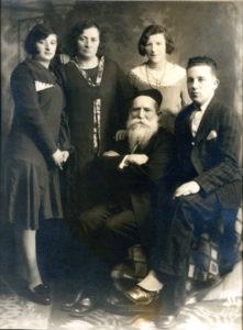 Rodzina Riny Feldbaum w Kanadzie, od lewej córka  Bella, Rina, córka Lily, siedzą od lewje Aaron Feldbaum i syn Riny, Filip  Krugman. Lata 30. Montreal. Zdjęcie ze zbiorów rodziny.