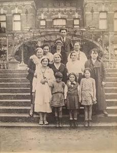 Rodzina Waldszanów w Białowieży, Tania Waldszan (drugi rząd druga z prawej) oraz w dolnym rzędzie córki Hinda (po prawej) i Mindel. Zdjęcie ze zbiorów rodziny