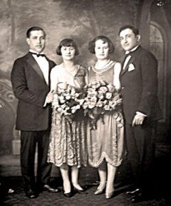Siostry Rachela i Klara Feldbaum z mężami Israelem Zafmanem z lewej i Hermanem Reznickiem,  ok. 1926, USA. Zdjęcie ze zbiorów rodziny