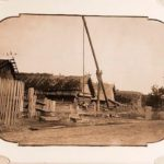 Studnia z żurawiem w jednym z białowieskich gospodarstw, 1895. Zdjęcie  z albumu Царская охота в Беловежской пуще