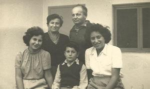 Szejna Halperin z mężem Jakubem Karzenel i dziećmi Dworą, Jehoszuą i Yael w Izraelu, 1952. Zdjęcie ze zbiorów rodziny