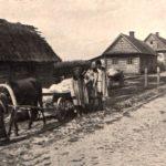 Uliczka w Białowieży, lata 1900-1910. Zdjęcie ze strony FotoPolska