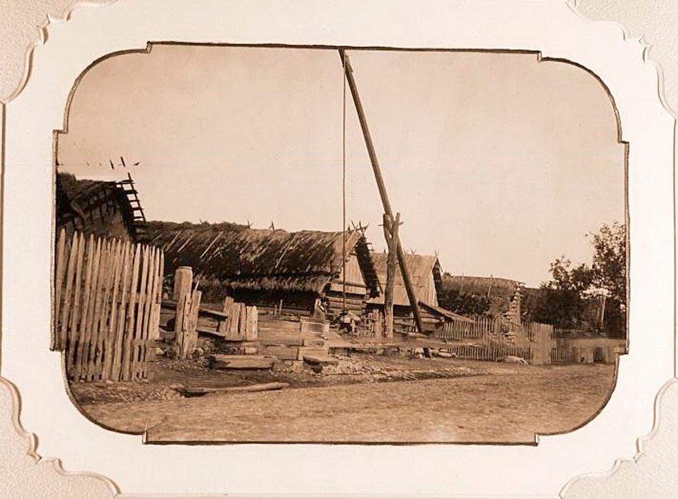 1895, Studnia z żurawiem w jednym z białowieskich gospodarstw, zdjęcie z albumu Царская охота в Беловежской пуще.