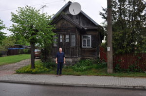 Amir Berger pod dawnym domem rodziny Lerenkidnów