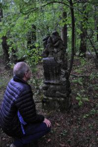 Na kirkucie w Narewce przy jednym z białowieskich grobów