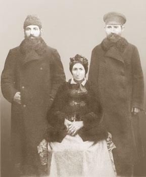 Pierwszy z prawej - Aaron Feldabum, z matką Zeldą i bratem Nachmanem, 1875, prawdopodbnie przed wyjazdem Aarona w tym samym roku do Białowieży. Zdj. ze zbiorów rodziny