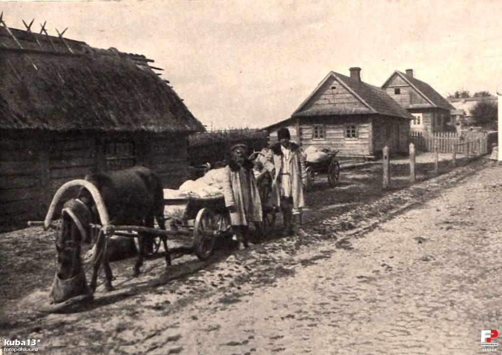 Uliczka w Białowieży, lata 1900-1910, zdjęcie ze strony FotoPolska