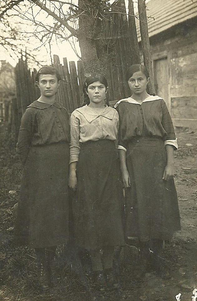 Z prawej Szejna Halperin w Białowieży