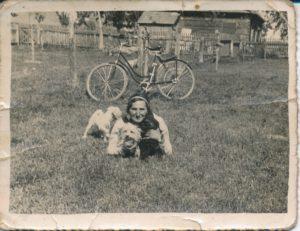Sarenka ze swoimi pieskami i rowerem. Zdjęcie ze zbiorów Niny Ławryszowej.