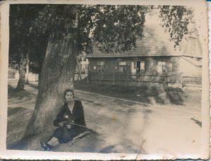 Sarenka pod wierzbą płaczącą, jak ją nazywała. Zdjęcie ze zbiorów Niny Ławryszowej.