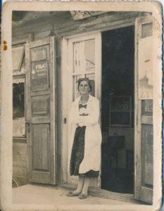 Sarenka przed swoją piwiarnią. Zdjęcie ze zbiorów Niny Ławryszowej